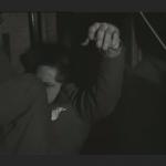 l'homme qui dormait tombe de sa banquette lorsque le train freine en arrivant en gare