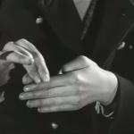 les deux garçons sont maintenant ensemble dans le train et ils s'amusent ; l'un des garçons joue avec ses doigts, il fait de la magie ; son doigt semble se détacher