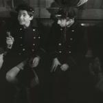 les deux garçons sont assis l'un à côté de l'autre ; ils s'amusent bien dans le train