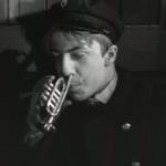 l'un des garçons souffle à l'aide de son nez dans une trompette miniature